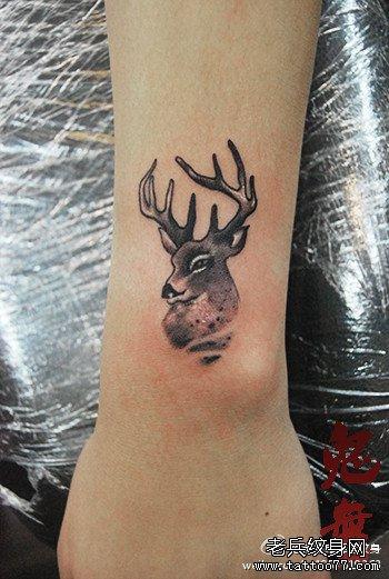 女生手臂一款小巧潮流的小鹿纹身图案