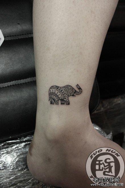 女生手臂可爱的小象纹身图案