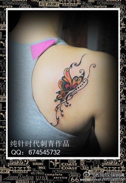 女生后肩背唯美潮流的彩色蝴蝶纹身图案