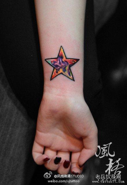 女生手腕小巧的彩色五角星纹身图案