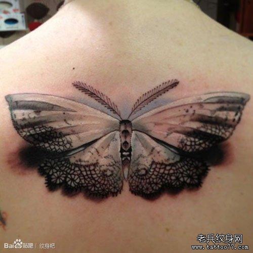 女生后背唯美经典的蕾丝与蝴蝶纹身图案