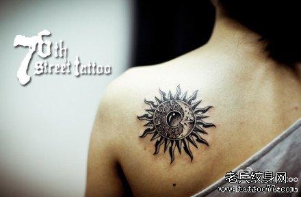 女生后肩背潮流时尚的月亮与太阳纹身图案