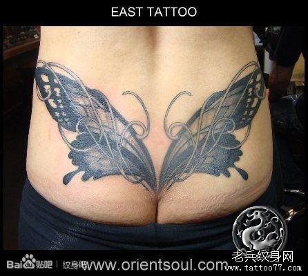 女人背部一张图腾钥匙纹身图片_纹身图案