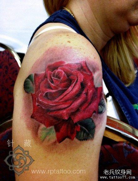 手臂潮流写实的彩色玫瑰花纹身图案图片