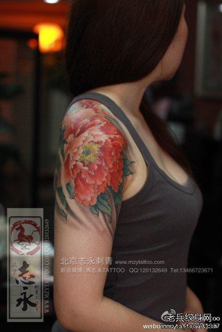 女生后背漂亮唯美的彩色牡丹花纹身图案