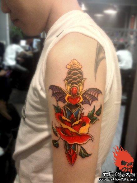 男生手臂时尚经典的匕首玫瑰花纹身图案