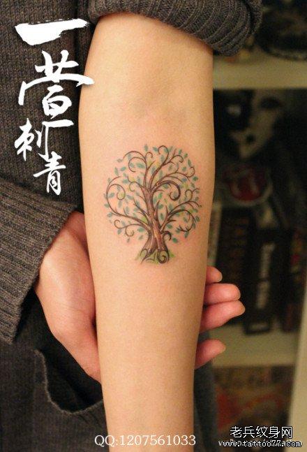 女生手臂时尚小巧的彩色小树纹身图案