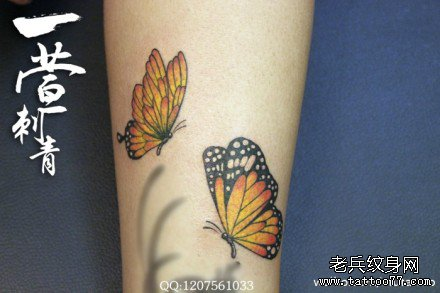 女生腿部小巧潮流的彩色蝴蝶纹身图案