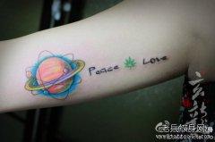 男生后背内侧小星球与字母纹身图案图片
