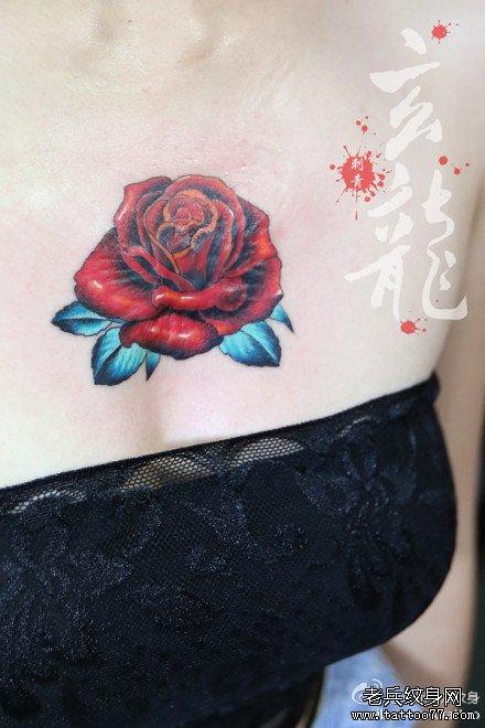 女生前胸漂亮潮流的彩色玫瑰花纹身图案;;