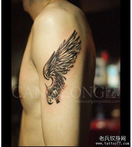 男生手臂一款经典唯美的黑灰翅膀纹身图案