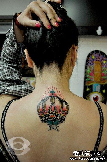女生后背潮流经典的皇冠纹身图案