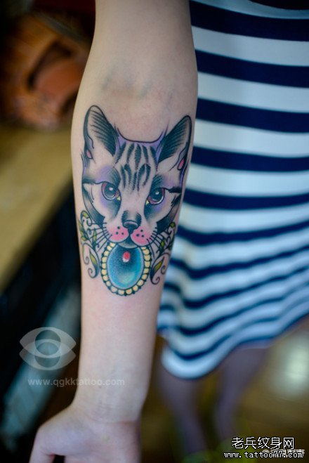 女生手臂潮流时尚的猫咪纹身图案