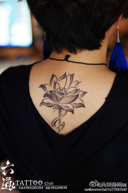 女生后背唯美清雅的黑灰莲花纹身图案