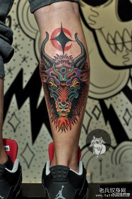 男生腿部经典潮流的school羊头纹身图案