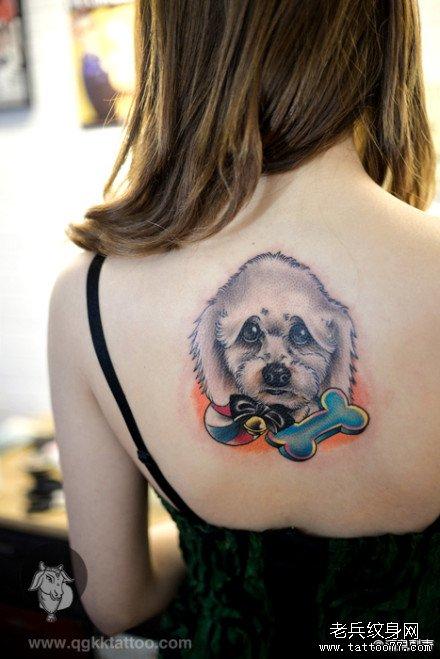 女生后背经典潮流的小狗纹身图案