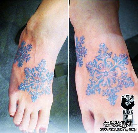 女生脚背经典唯美的彩色雪花纹身图案