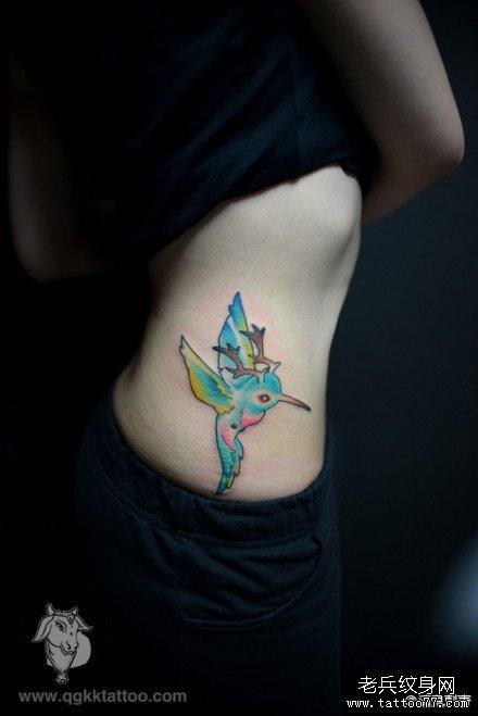 女生侧腰长鹿角的小鸟纹身图案
