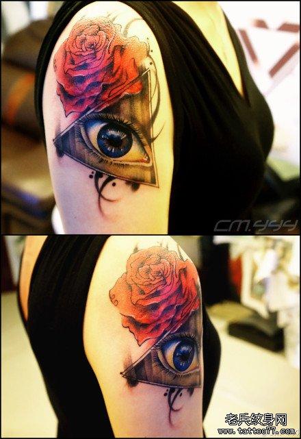 手臂时尚潮流的眼睛与玫瑰花纹身图案