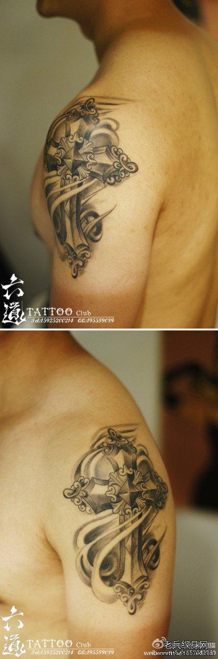 男生手臂内侧经典的十字架纹身图