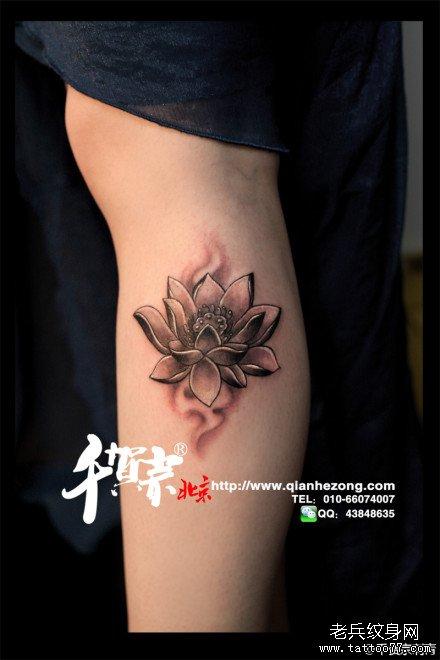 女生腿部唯美潮流的黑灰莲花纹身图案 (440x660)图片