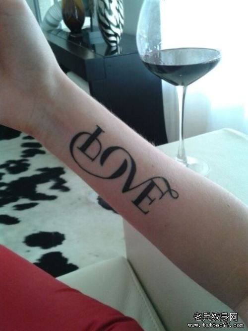 推荐一款手臂内侧字母纹身图案