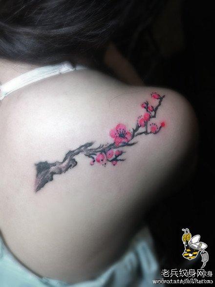 女生肩背潮流时尚的梅花纹身图案