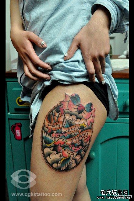 女孩子腿部可爱的小猪纹身图案
