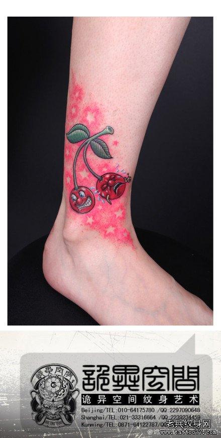 女生腿部经典的一款哭笑的樱桃纹身图案; 图片图片