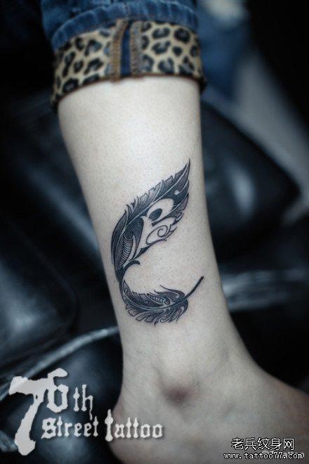 女生腿部潮流经典的图腾羽毛纹身图案