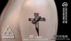 手臂一款小巧时尚的十字架纹身图案