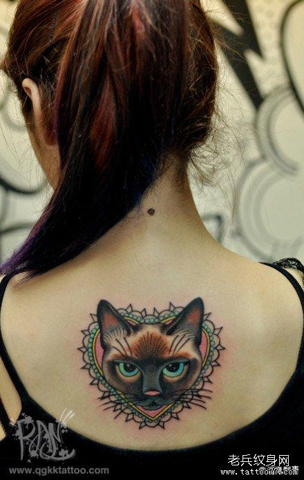 女生后背一款颜色犀利的猫咪纹身图案