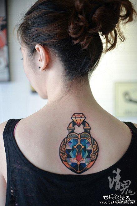 女生后背精美的钻石锁纹身图案
