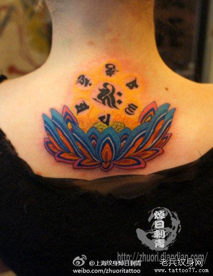 女生后背精美潮流的彩色莲花纹身图案