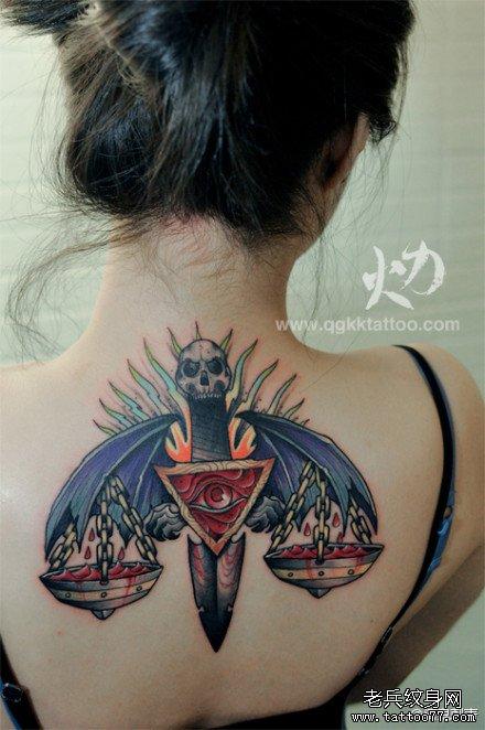 女生后背帅气潮流的天秤座纹身图案