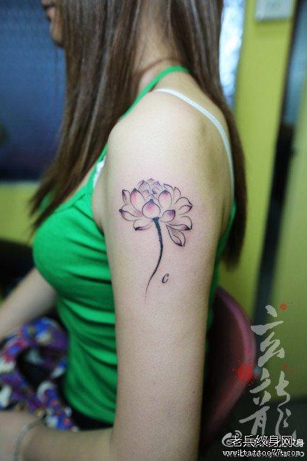 女生手臂漂亮潮流的写意莲花纹身图案