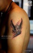 武汉纹身哪里好: 老兵刺青打造的大臂心脏翅膀纹身作品