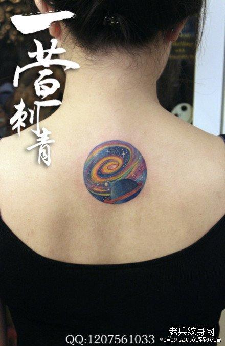 女生后背精美的彩色星空纹身图案