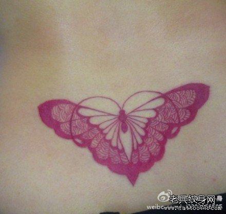 女生腰部唯美的图腾蝴蝶纹身图案