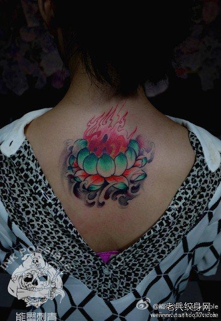 女生后背精美潮流的彩色莲花火焰纹身图案
