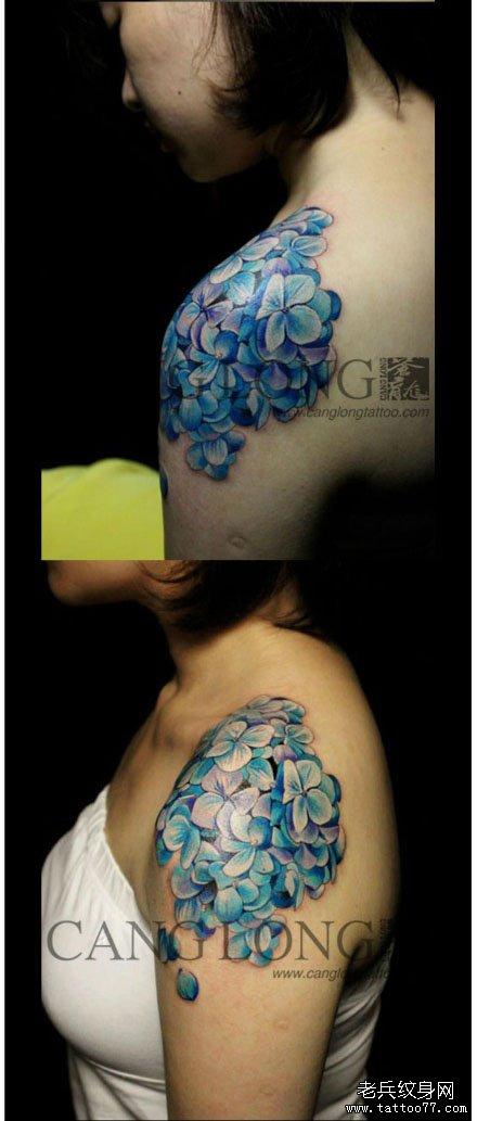 女生肩膀处漂亮的锦球花纹身图案