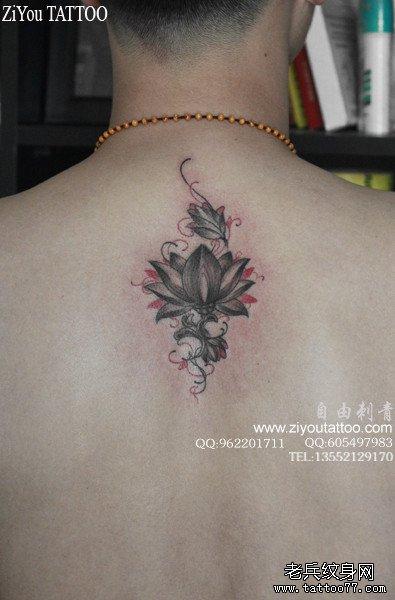 男生后背潮流精美的黑灰莲花纹身图案 (395x600)图片
