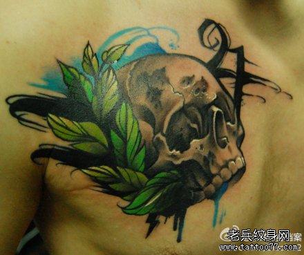 男人胸前时尚经典的欧美写实骷髅纹身图案