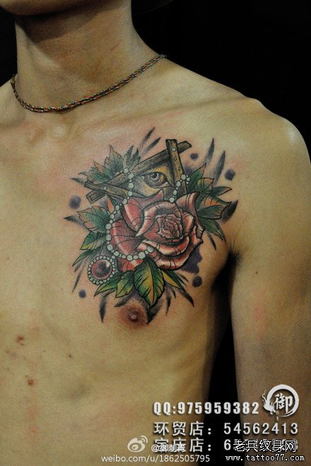 男人前胸帅气潮流的全视之眼与玫瑰花纹身图案