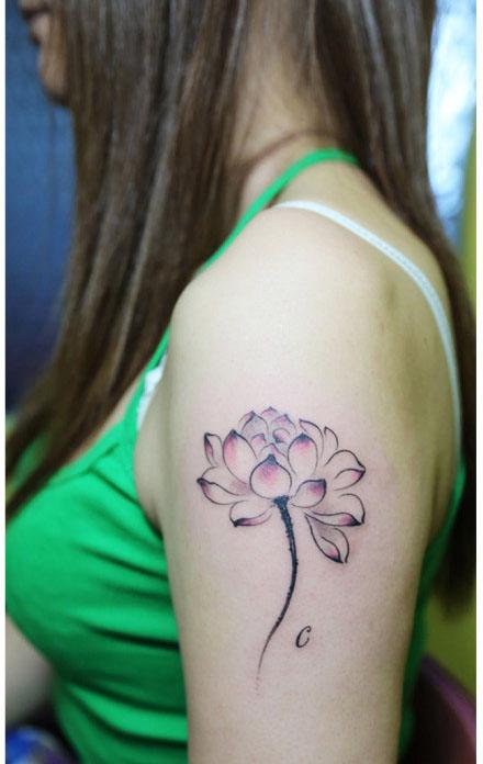 女生手臂唯美潮流的水墨莲花纹身图案