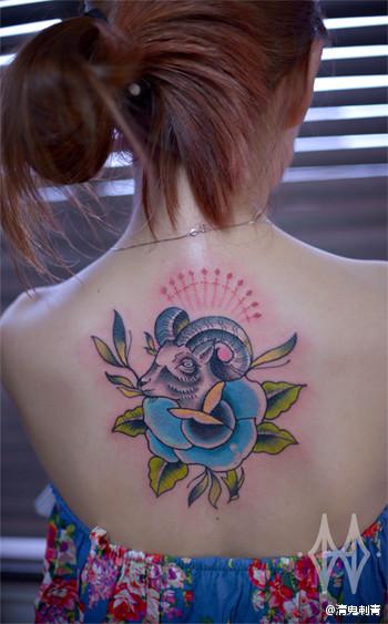 美女后背经典的小羊头纹身图案