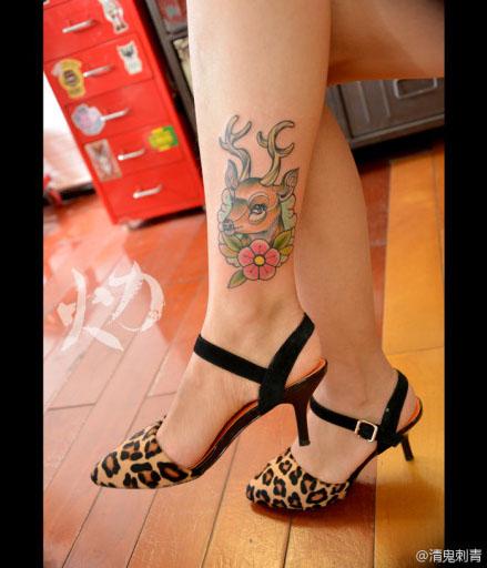 女生腿部可爱流行的小鹿纹身图案