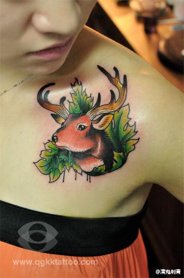 女生肩膀处经典潮流的小鹿纹身图案