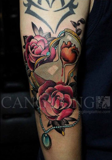 手臂漂亮潮流的玫瑰花沙漏纹身图案