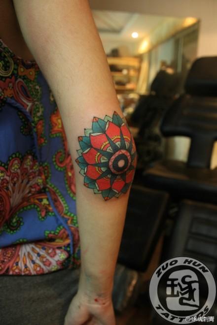 女生手臂漂亮潮流的图腾花卉纹身图案